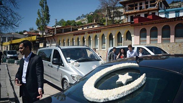 Факти (Болгария): крымские татары целуют свое знамя, в то время как ситуация в оккупированном Крыму оставляет желать лучшего