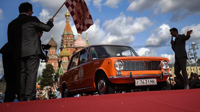 Daily Mail (Великобритания): Заводите моторы! По случаю 50-летия «Лады» автолюбители в ретро костюмах заполонили московские улицы