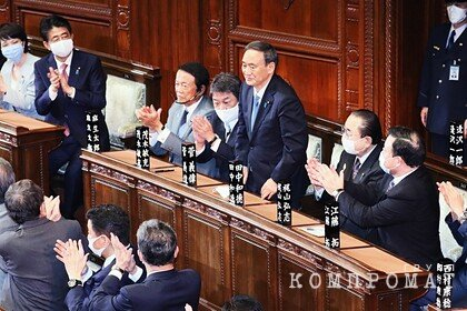 Премьер Японии извинился за ужин сына с чиновниками