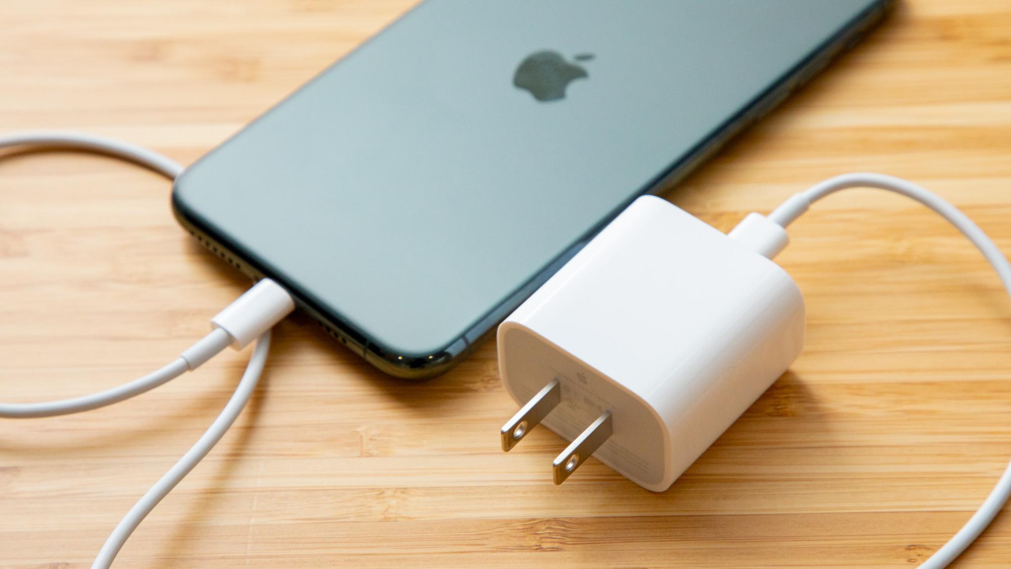 iPhone 11, iPhone XR и iPhone SE (2020), как и iPhone 12, лишились комплектного блока питания и наушников EarPods