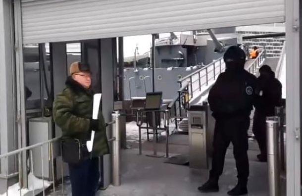 Оппозиционные депутаты от КПРФ встретились с горожанами напротив 'Авроры'