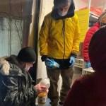 Дава накормил и приодел бездомных