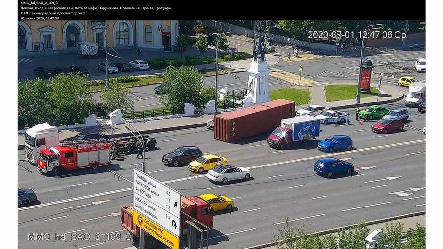 На Тверском путепроводе Москвы упал контейнер с фуры