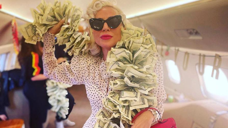 Леди Гага поделилась снимком в боа из 100-долларовых купюр