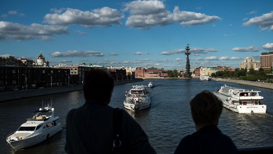 Радужную пленку заметили в Москве-реке на западе столицы