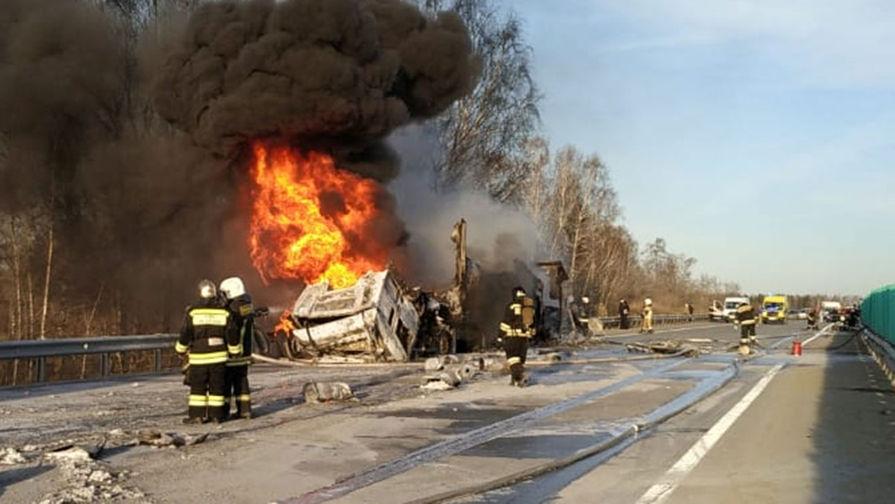 Под Екатеринбургом загорелась взрывоопасная фура