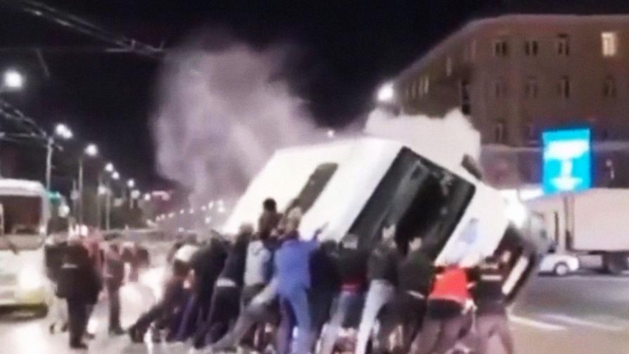 Прохожие перевернули маршрутку, пострадавшую в ДТП в Омске
