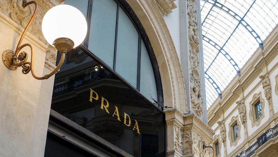 В Prada потребовали с сотрудников справки о вакцинации