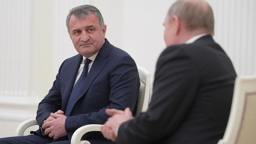 Путин поздравил президента Южной Осетии с днем рождения