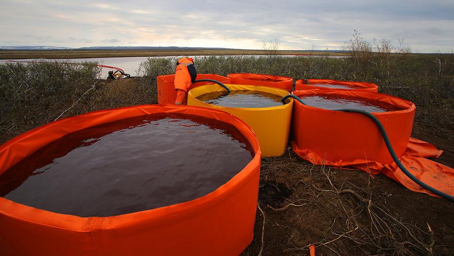 На место ЧС в Норильске доставили дополнительные емкости для сбора нефтепродуктов