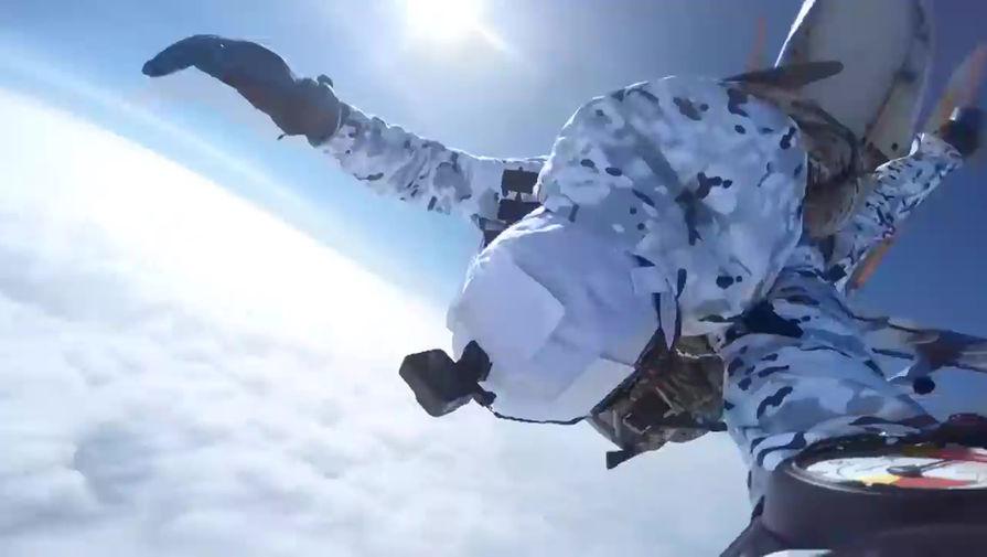 Появилось видео прыжка российских десантников в Арктике