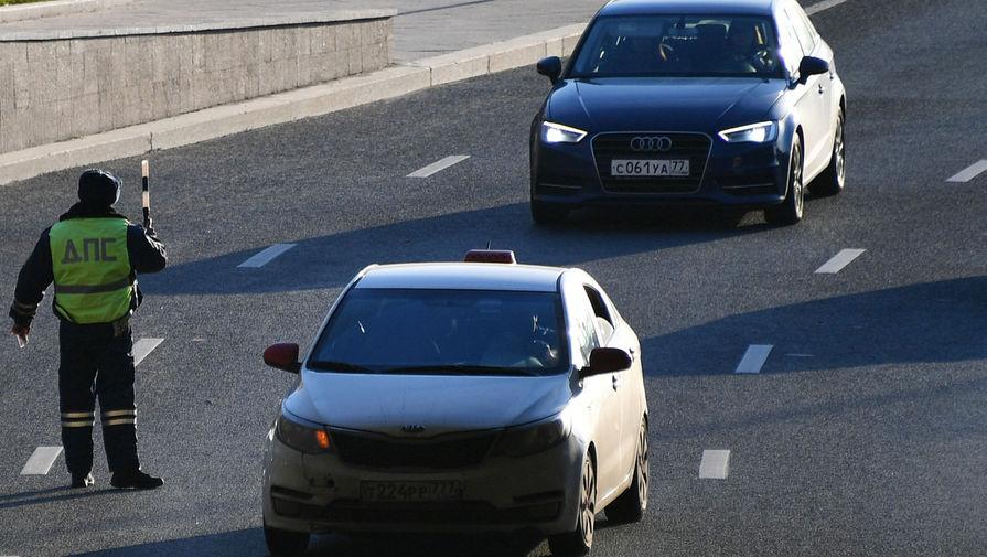 Мужчину, ехавшего на крыше машины с веслом, оштрафовали в Казани