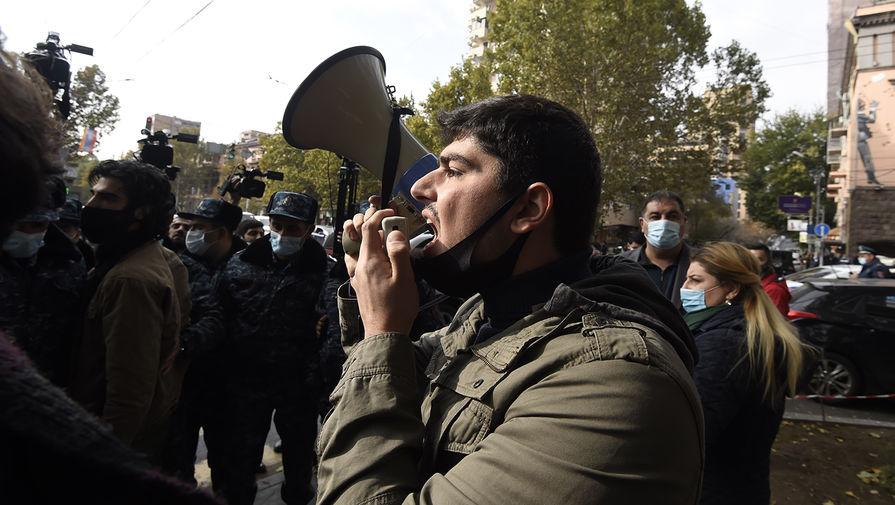 Оппозиционеры окружили здание полиции в Ереване
