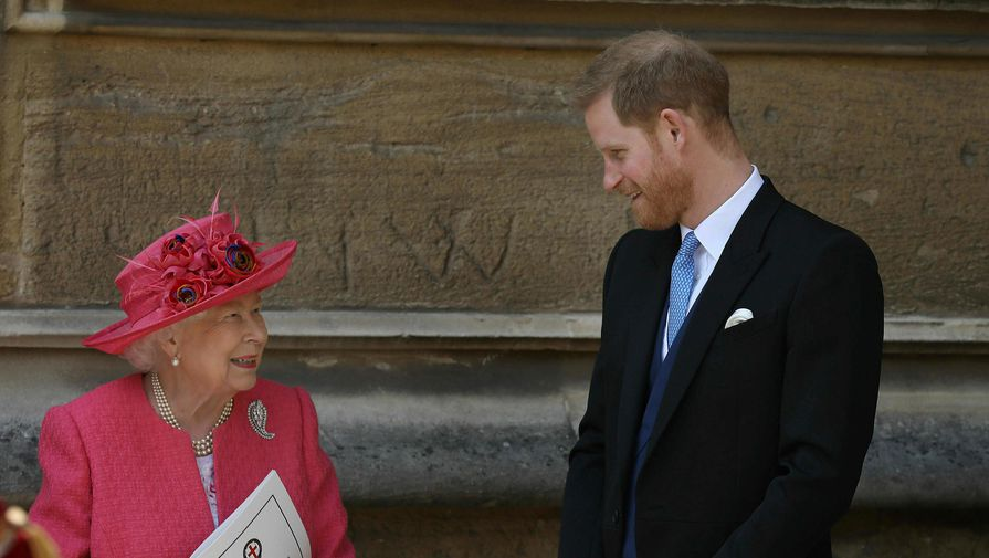 Елизавету II заметили за рулем по пути в резиденцию, где остановился принц Гарри