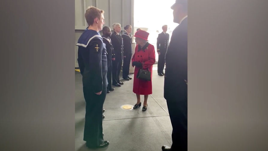 Королева Елизавета II почтила память принца Филиппа, посетив авианосец Queen Elizabeth
