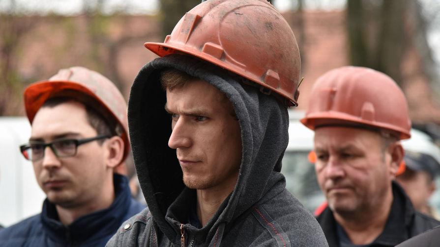 Украинские шахтеры митингуют перед зданием офиса Зеленского