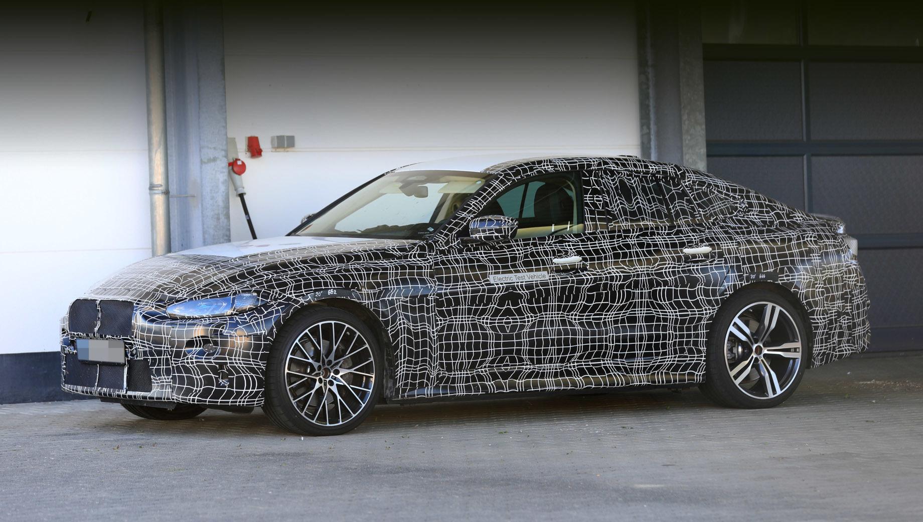 Электрокар BMW i4 раскрыл двери на зарядной станции