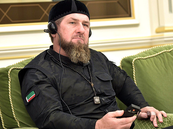 На Украине правительственного чиновника нещадно раскритиковали за снимок с Кадыровым (фото)