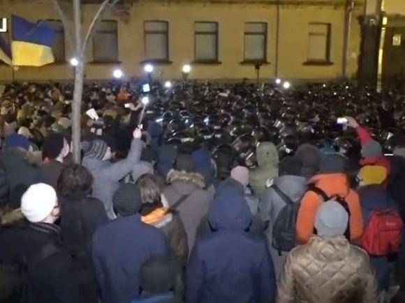 «Киев, вставай!»: У офиса Зеленского произошли столкновения радикалов с силовиками