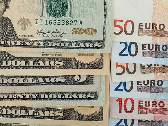 Официальный курс доллара повышен на 10 копеек, евро прибавил почти 4