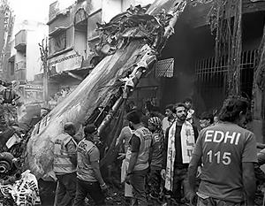Выживший в крушении самолета в Карачи рассказал, что делали пассажиры в последние секунды