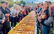 В Черкассах испекли рекордно длинный яблочный пирог