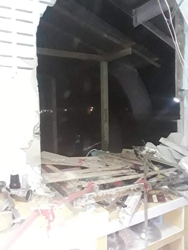 Слон проломил стену кухни ради мешочка риса