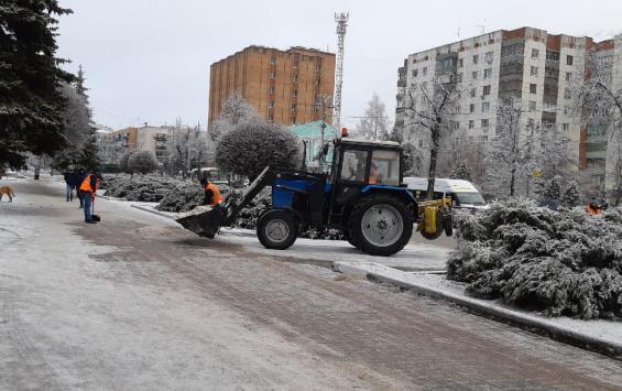 Снег на улицах Курска прибавил работы дорожным службам