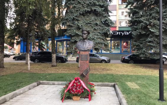 На Ленина открыли памятник Михаилу Булатову