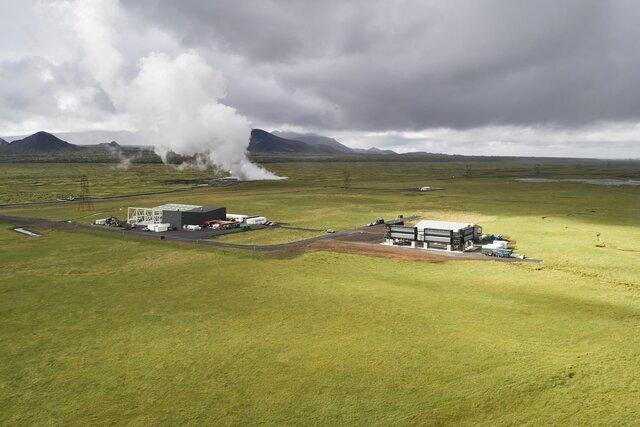 В Исландии заработал крупнейший в мире завод, который выкачивает углекислый газ из атмосферы. Как это работает? И решат ли подобные заводы проблему выбросов?