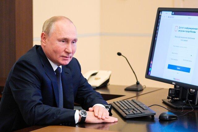На часах у проголосовавшего Путина заметили дату — 10-е число. Есть два объяснения…