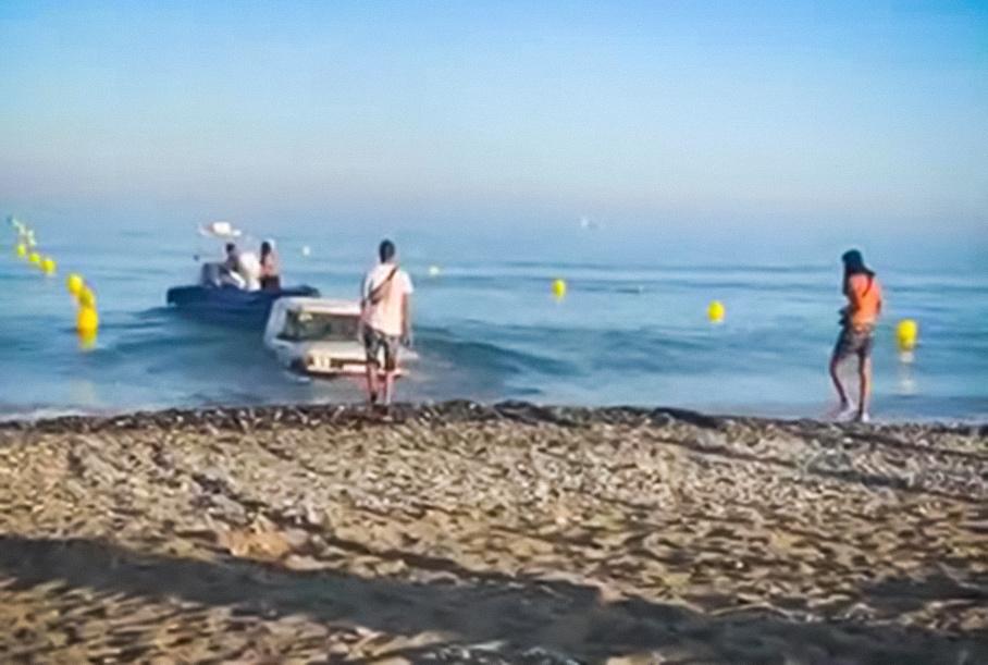 Видео: водитель случайно утопил Land Rover при спуске лодки на воду
