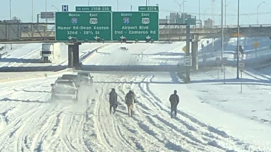 Власти Техаса просят жителей не ходить по заснеженным шоссе