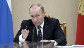 Путин подписал закон о физлицах — иностранных агентах