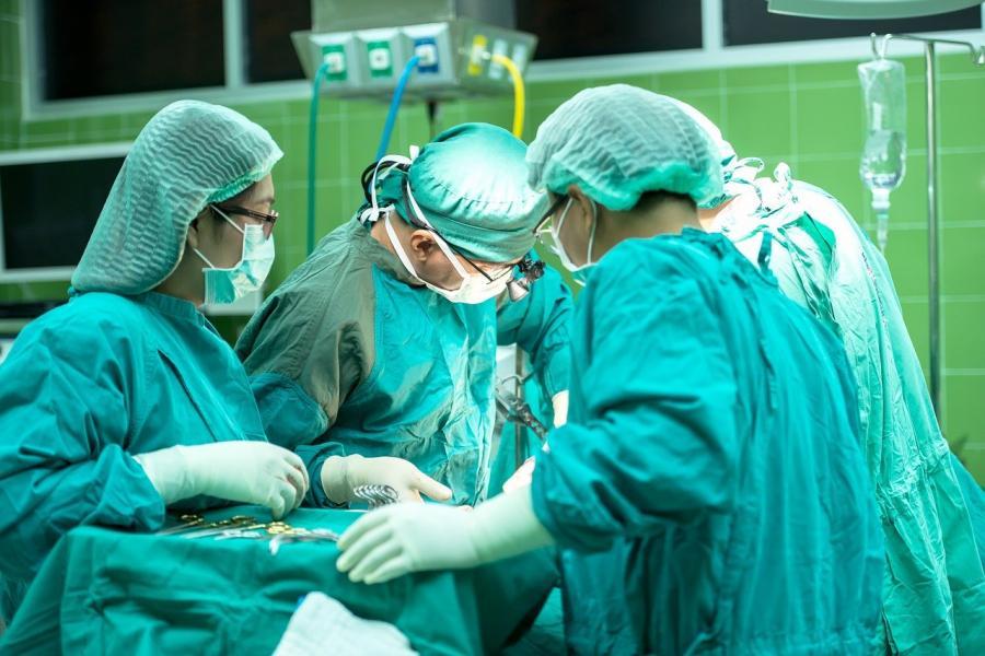 На Дальнем Востоке хирурги продолжили операцию на сердце во время пожара в больнице
