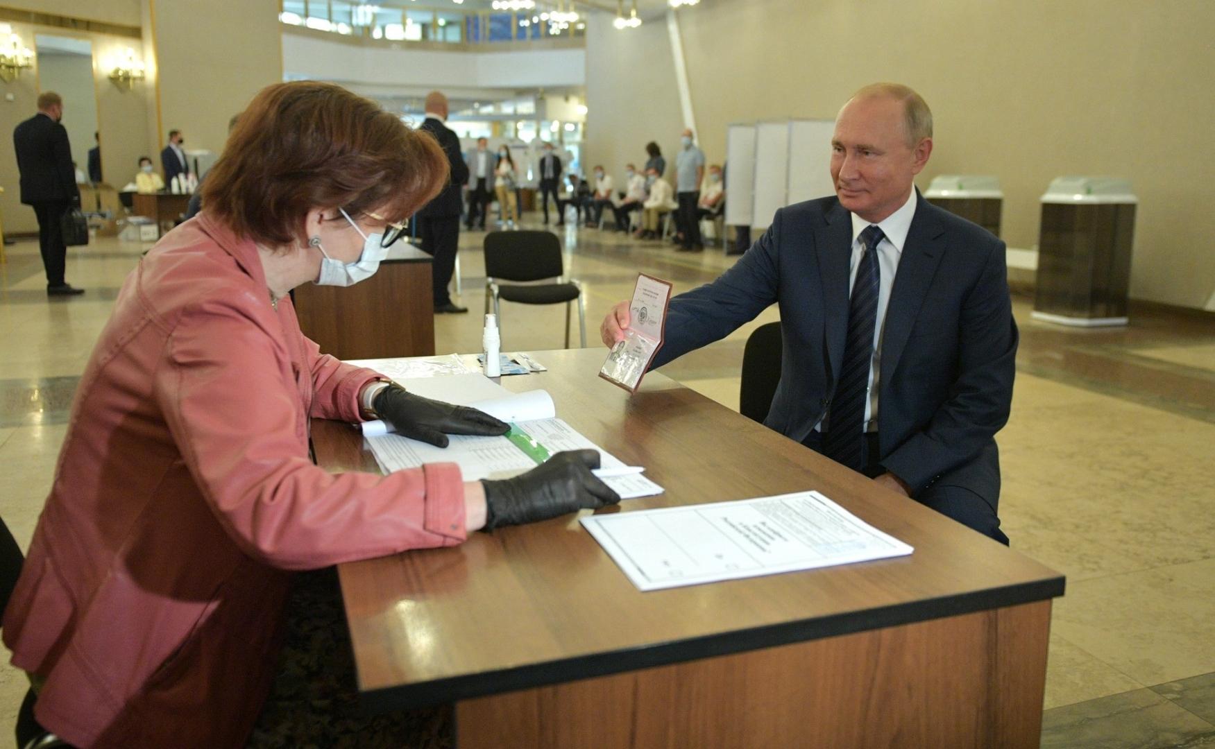 Путин проголосовал по поправкам к Конституции