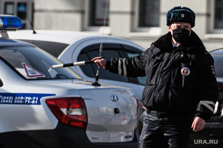 Полицейские обстреляли машину нарушителя самоизоляции в Москве. ВИДЕО