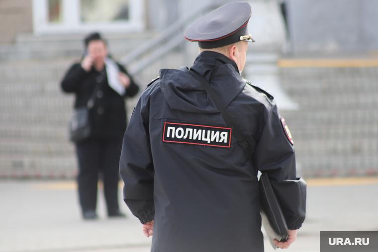 Полиция проводит рейд в районе Екатеринбурга. Ранее в нем зафиксировали вспышку коронавируса. ФОТО