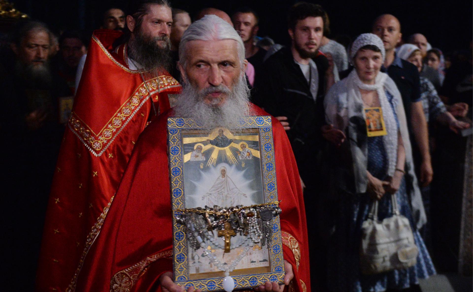 Появилось видео штурма силовиками Среднеуральского монастыря