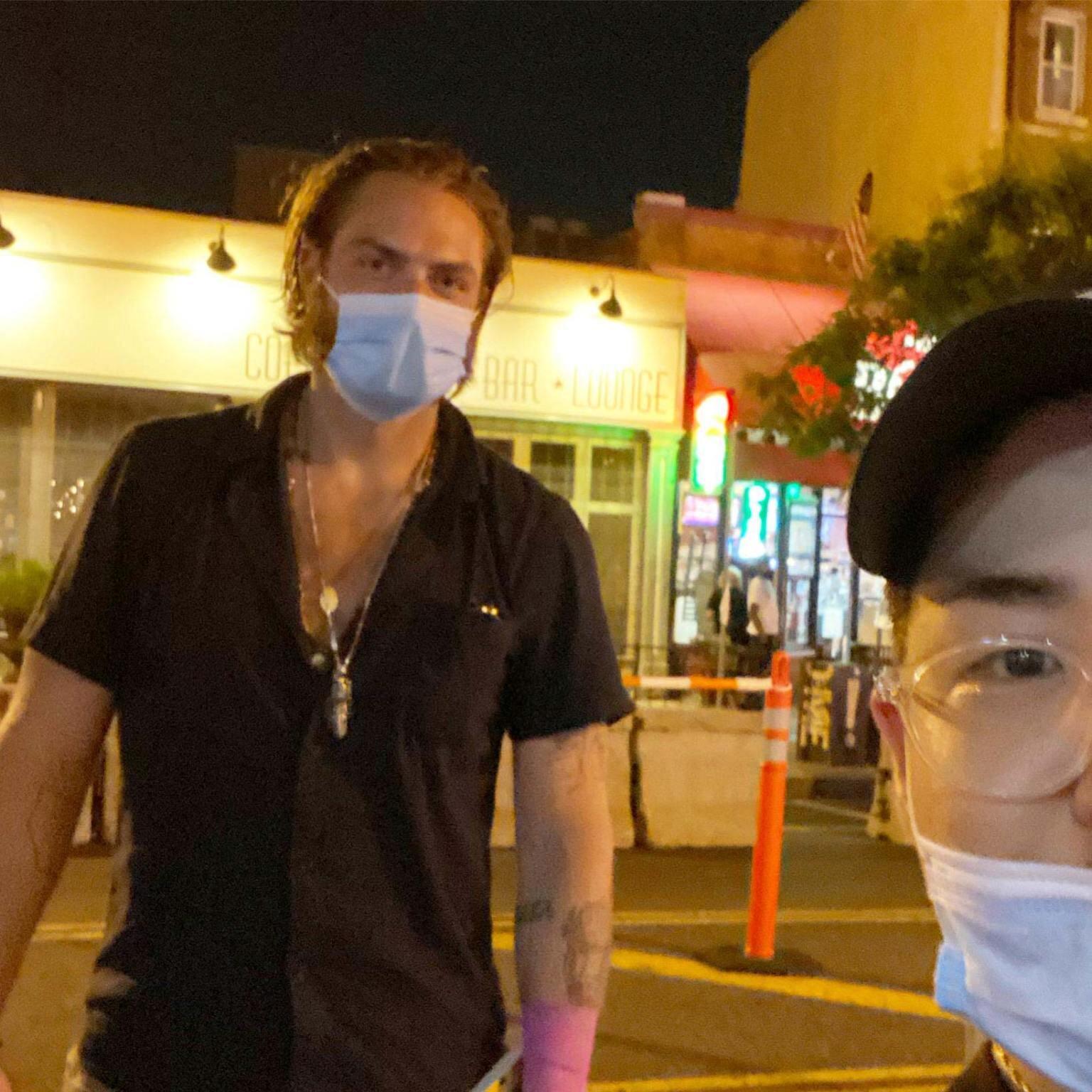 Холтби в маске сфотографировался с фанатом, соблюдая меры социального дистанцирования