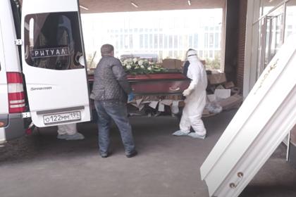 Невыжившие от COVID-19. Россиянам показали умерших от коронавируса знаменитостей, гробы и родственников