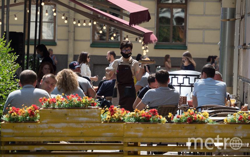 В уличных кафе Петербурга аншлаг: даже столовые открыли террасы