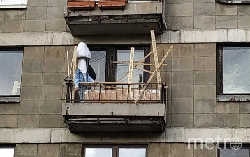 'Я чувствую расстояние'. В Петербурге художник Федор Хиросиге каждый день выходит на балкон в образе человека-гриба