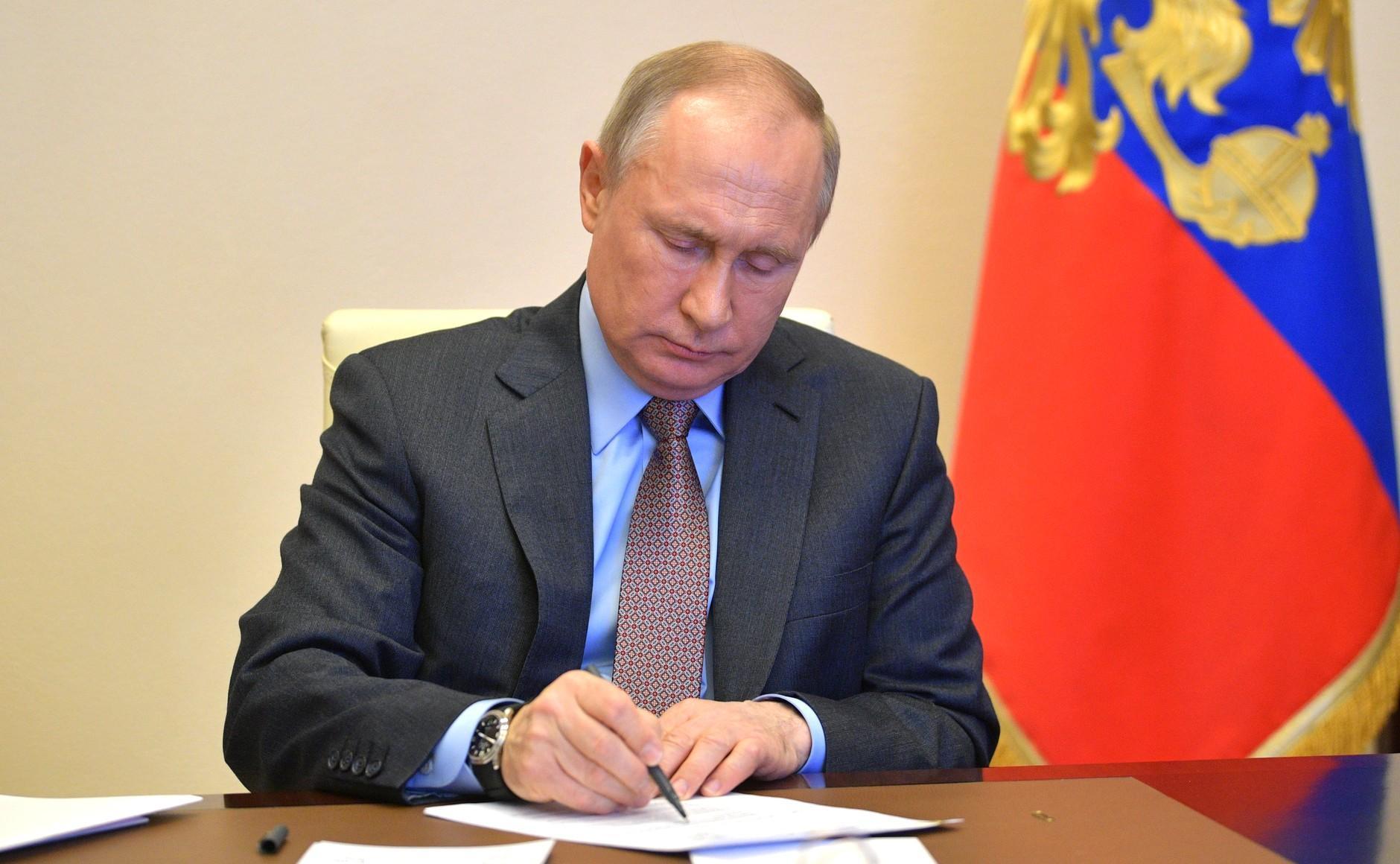 Путин подписал указ о награждении медицинских работников