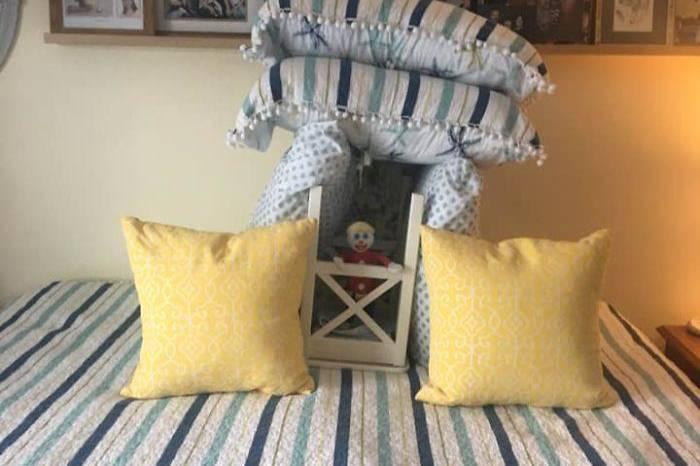 Жена доверила мужу заправить постель, и вот его 9 попыток понять, куда же девать столько подушек