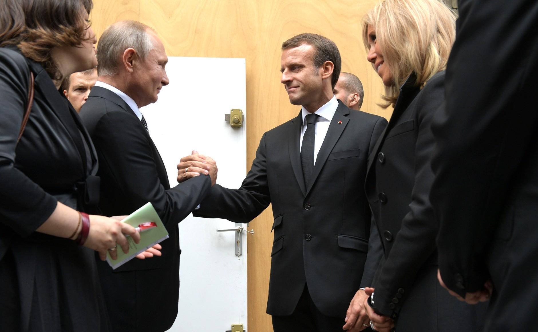 Макрон поздравил Путина с Днём России