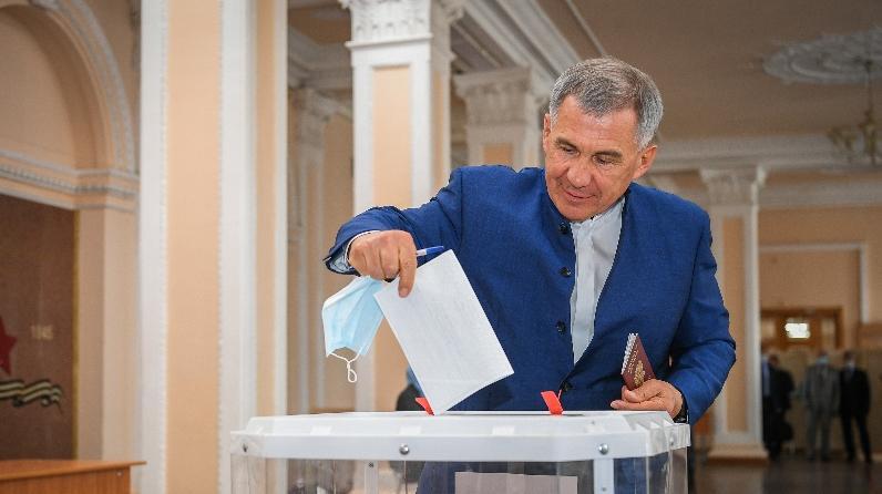 Минниханов принял участие в общероссийском голосовании по поправкам в конституцию