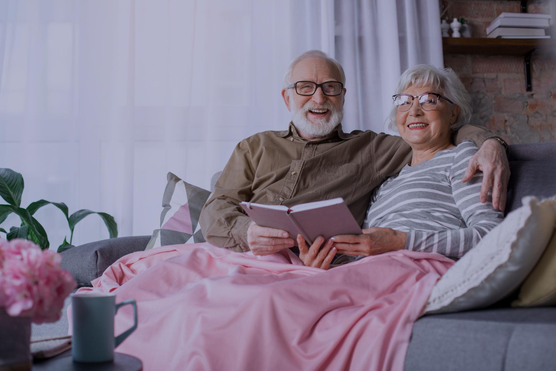 Холодильник, ЖКХ и телефон. Что пенсионеры могут получить бесплатно