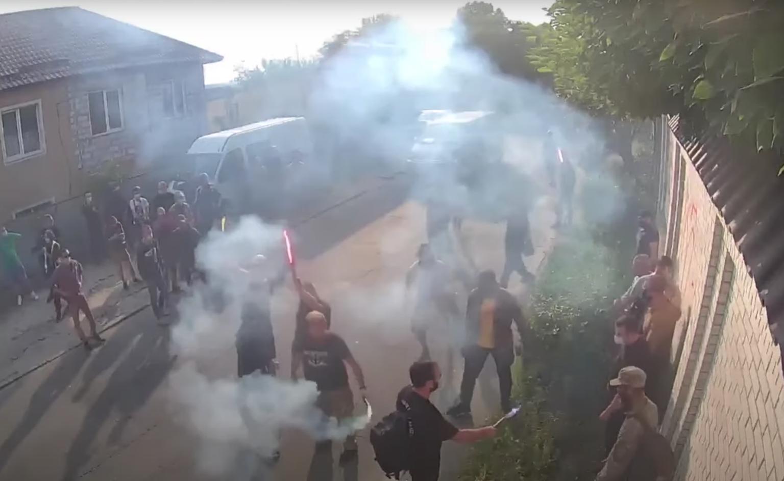 Украинские радикалы забросали дом Медведчука файерами и дымовыми шашками
