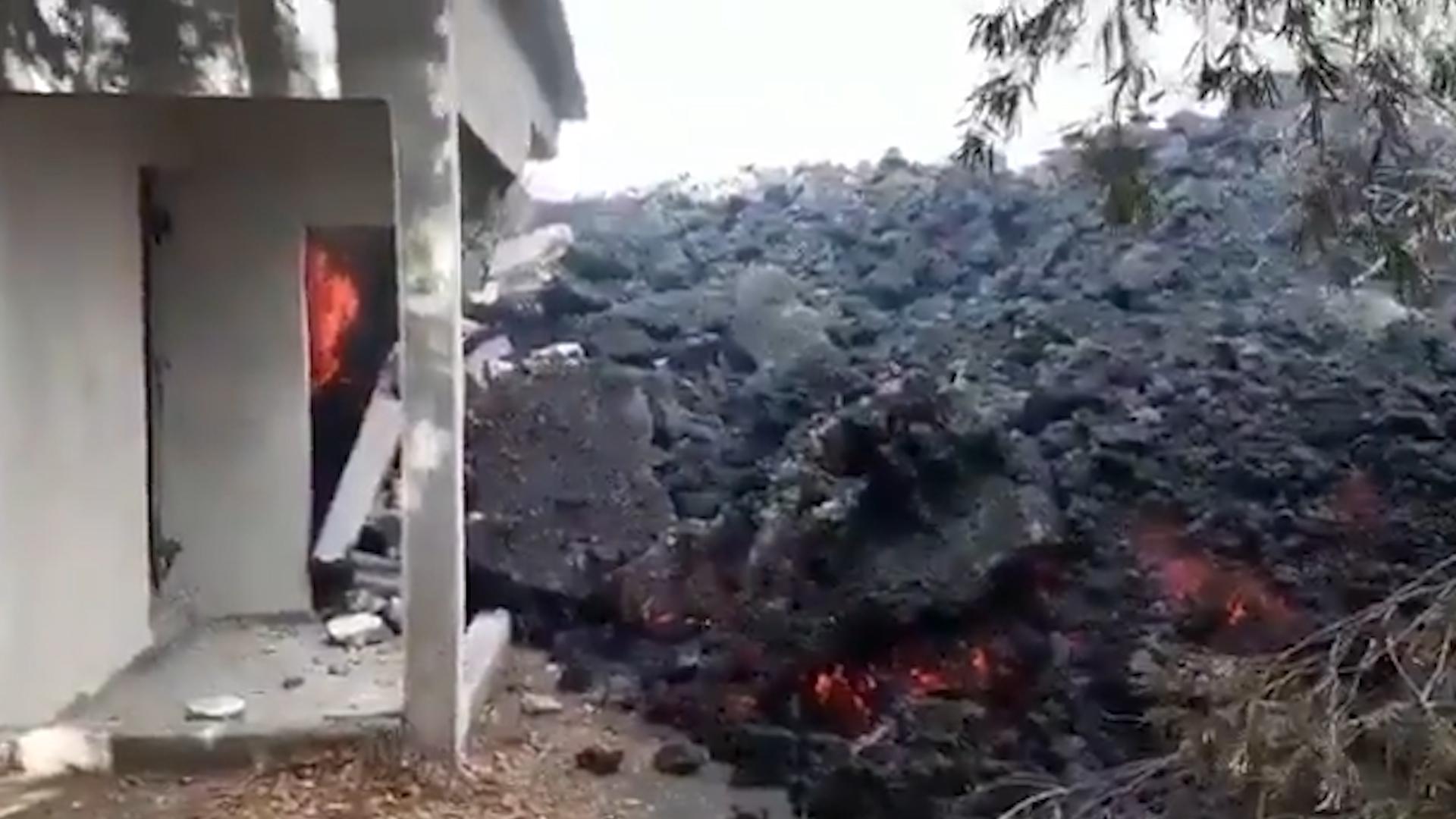 Извергается почти два месяца: в Гватемале потоки лавы из вулкана Пакая достигли жилых домов — видео
